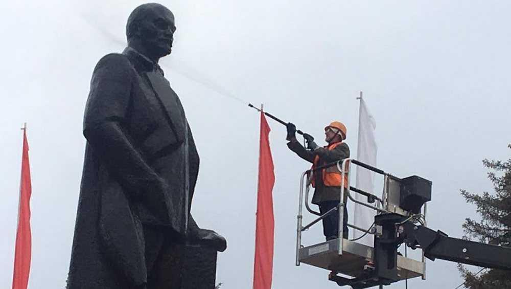 В центре Брянска к Дню города помыли памятник Ленину