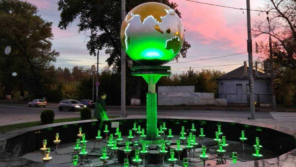 В Брянске на привокзальной площади сделали подсветку земного шара