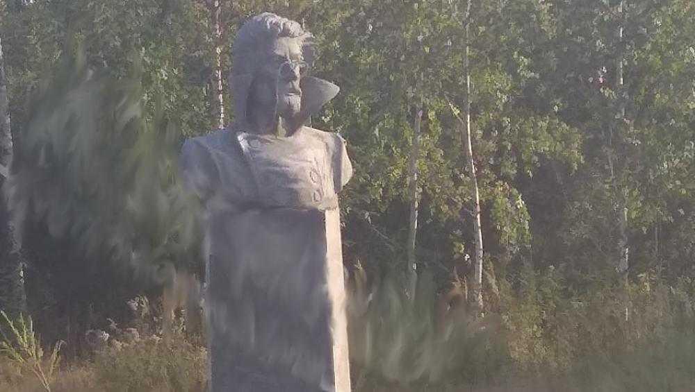 Житель Климова сам сделал и установил памятник Чехову