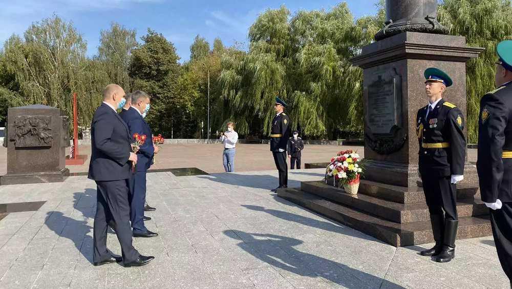 Руководители Брянской области возложили цветы к воинским мемориалам