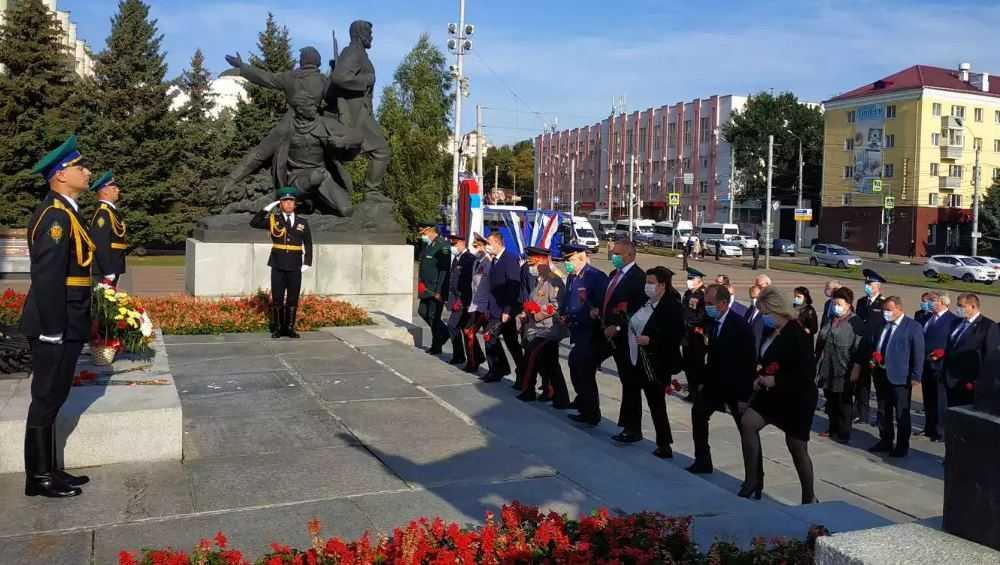 Руководители Брянской области возложил цветы к воинским мемориалам