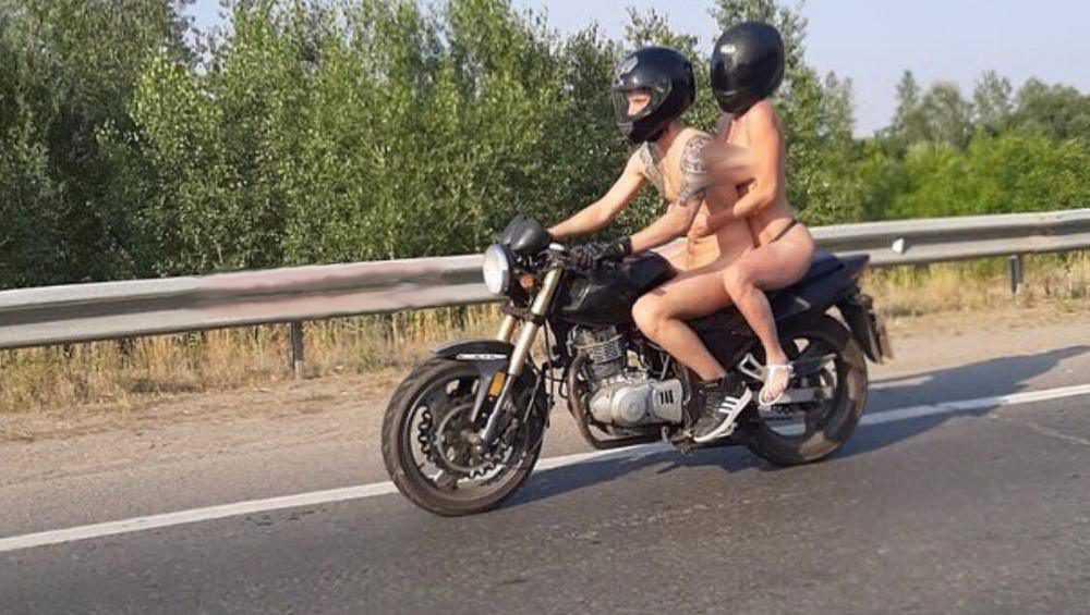 В Брянске сфотографировали голую пару на мотоцикле