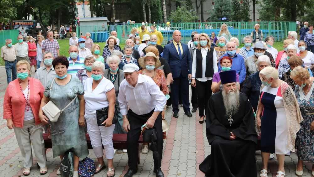 Пожилым брянцам устроили праздник в парке Толстого