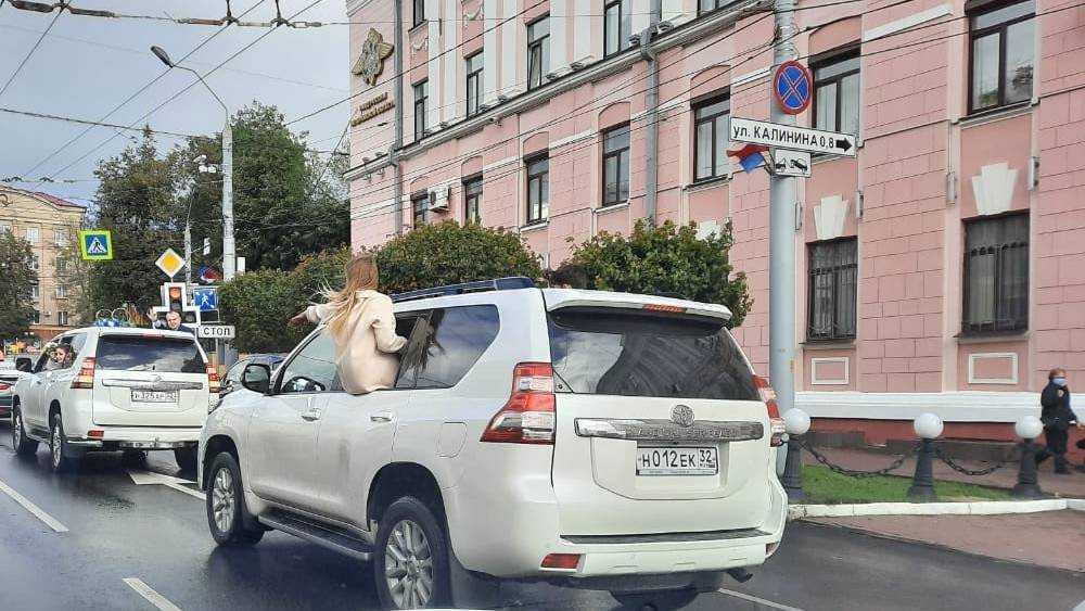 В Брянске мимо УМВД проехали машины с высунувшимися из окон людьми