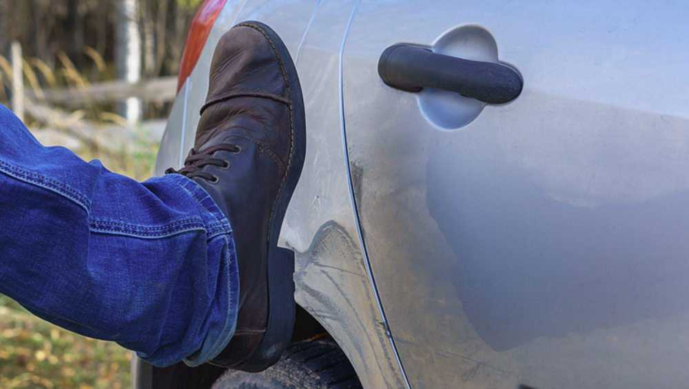 В Брянске 22-летний парень попал под суд за пинок в дверь BMW