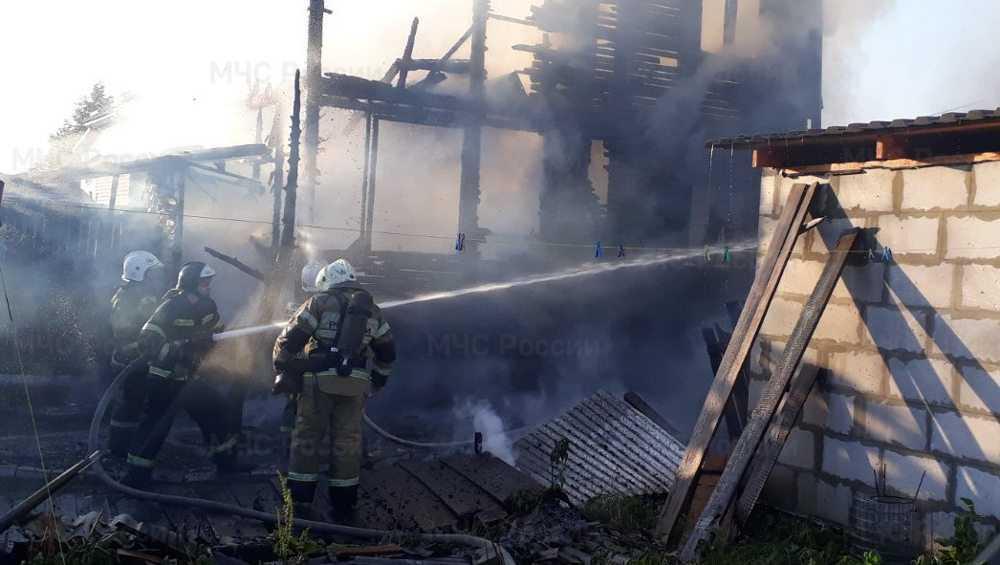 В Брянске загорелся частный дом с двухэтажной надворной постройкой