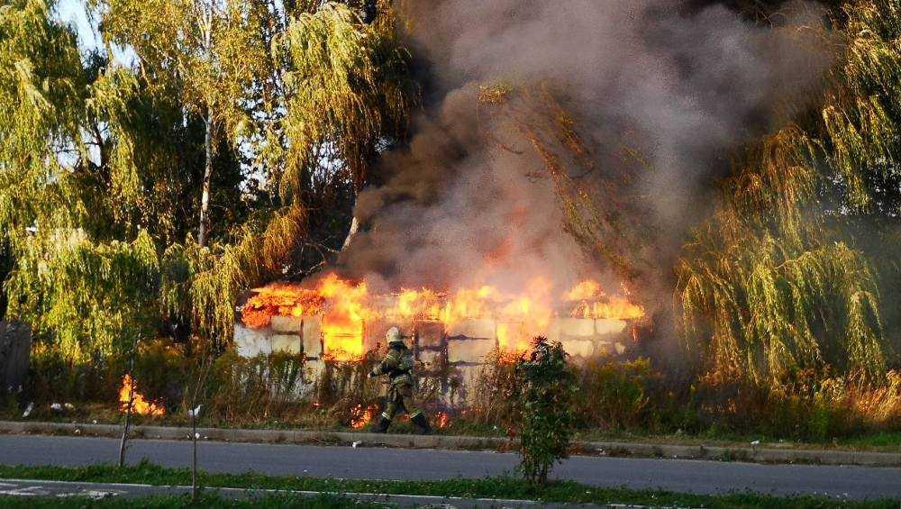 В Брянске возле школы № 18 сгорел заброшенный трейлер