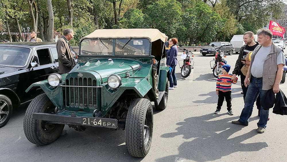 Выставка ретроавтомобилей открылась на площади Карла Маркса в Брянске