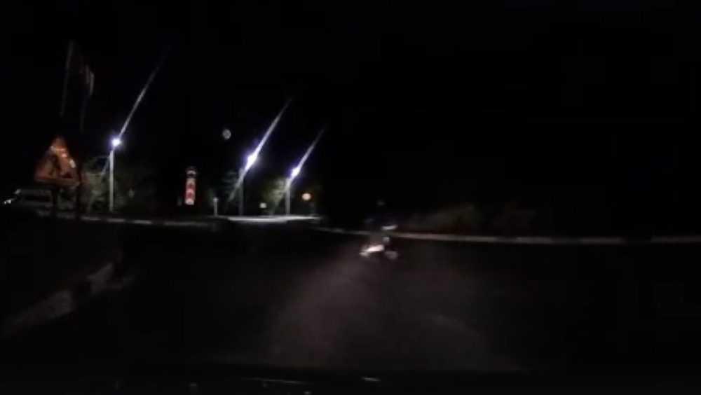 Брянского водителя ужаснул выскочивший в темноте на кольцо самокатчик