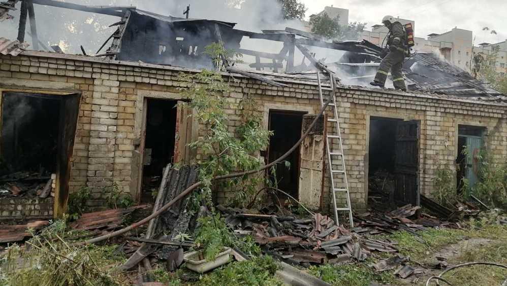 В Фокинском районе Брянска потушили горевшие сараи