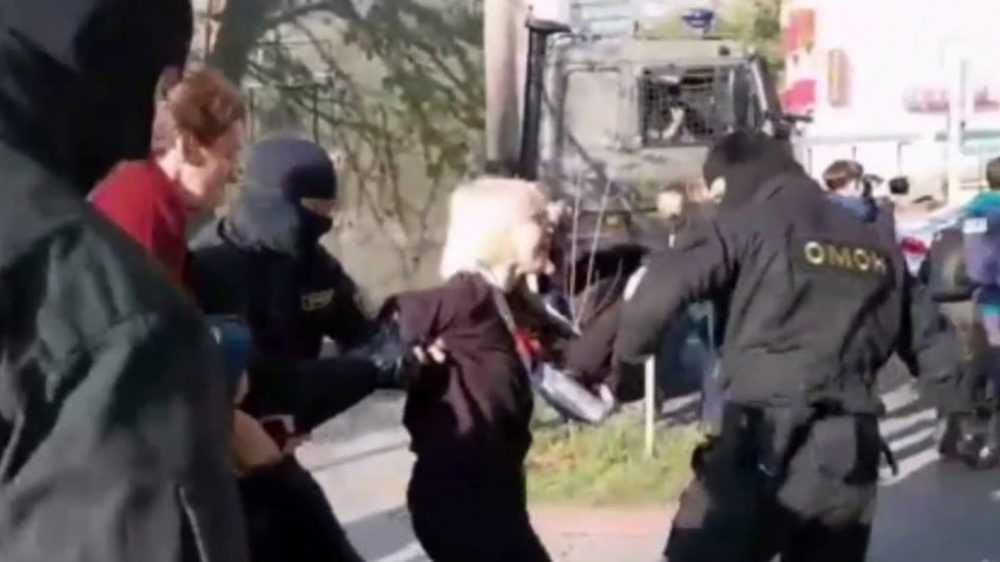 В Белоруссии на акциях протеста задержали более 100 женщин