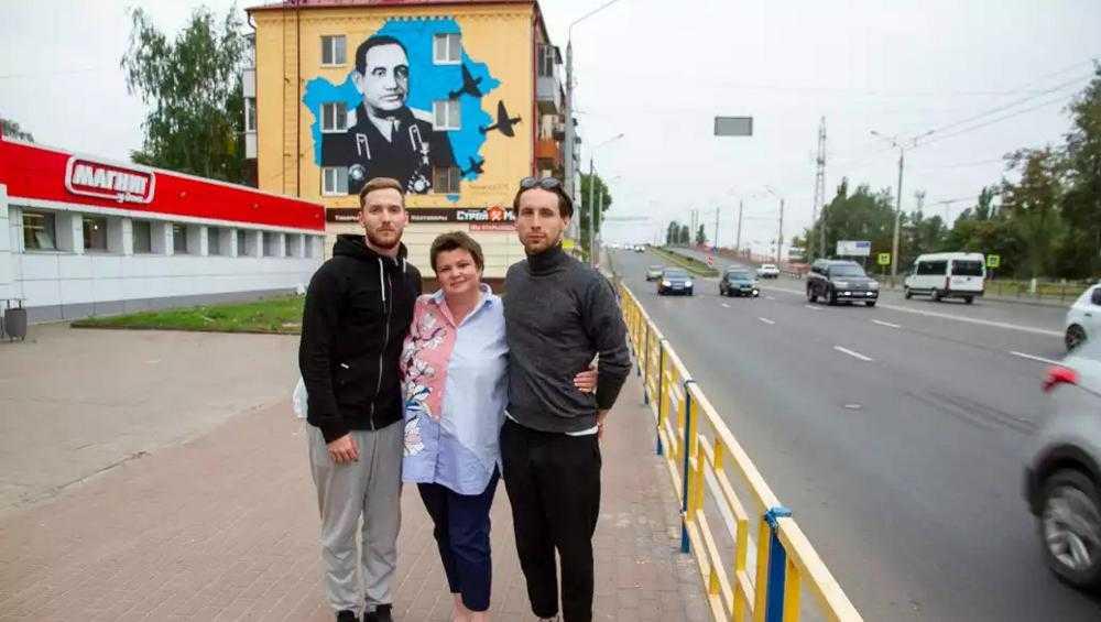 Глава Брянска Марина Дбар подарила горожанам граффити летчика