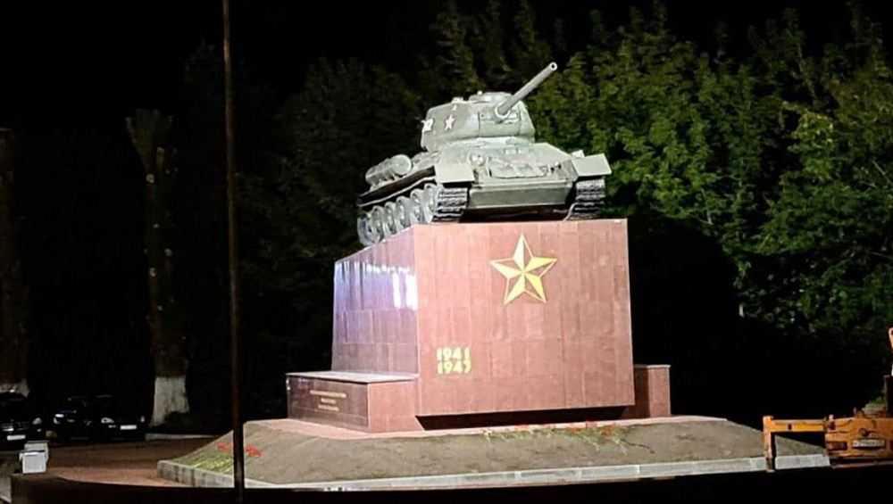 В Брянске у памятника освободителям города включили подсветку