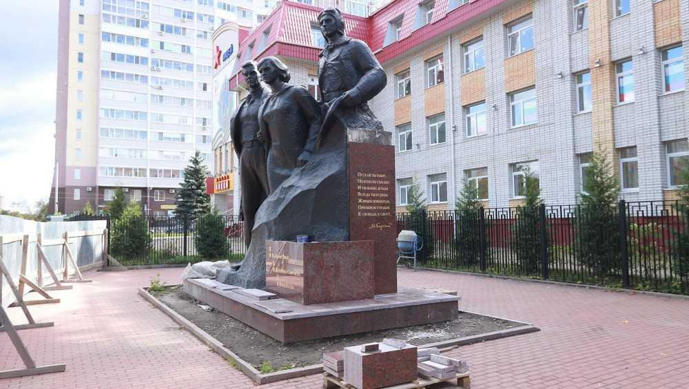 В Брянске ремонт памятника Трём Героям закончат к Дню города