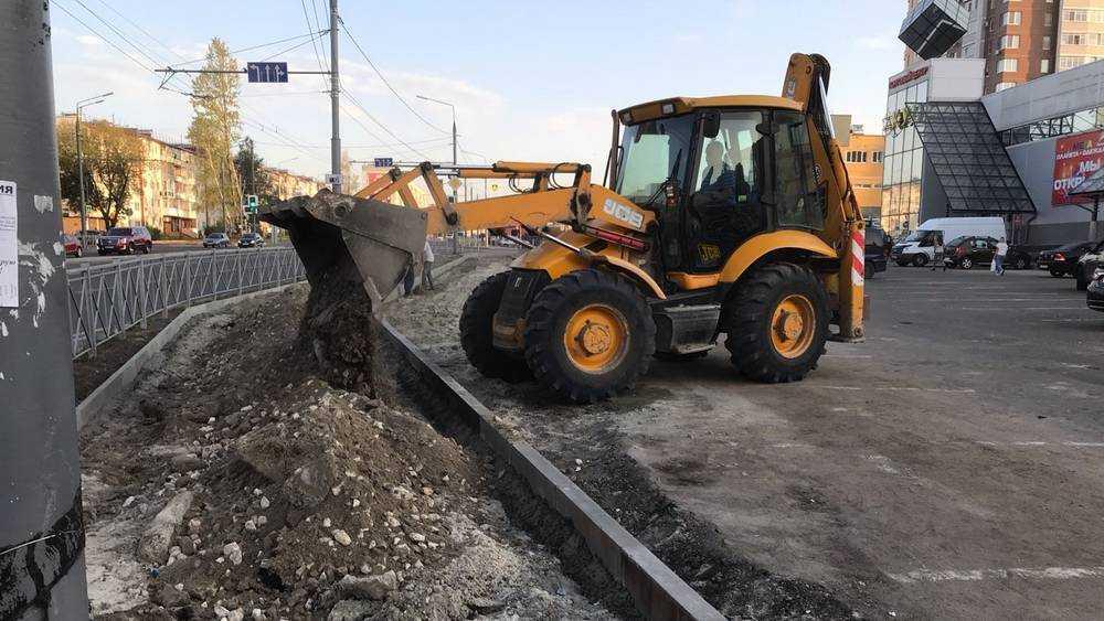 В Брянске у ТЦ «Куб» приостановили работы на месте срезанного тротуара