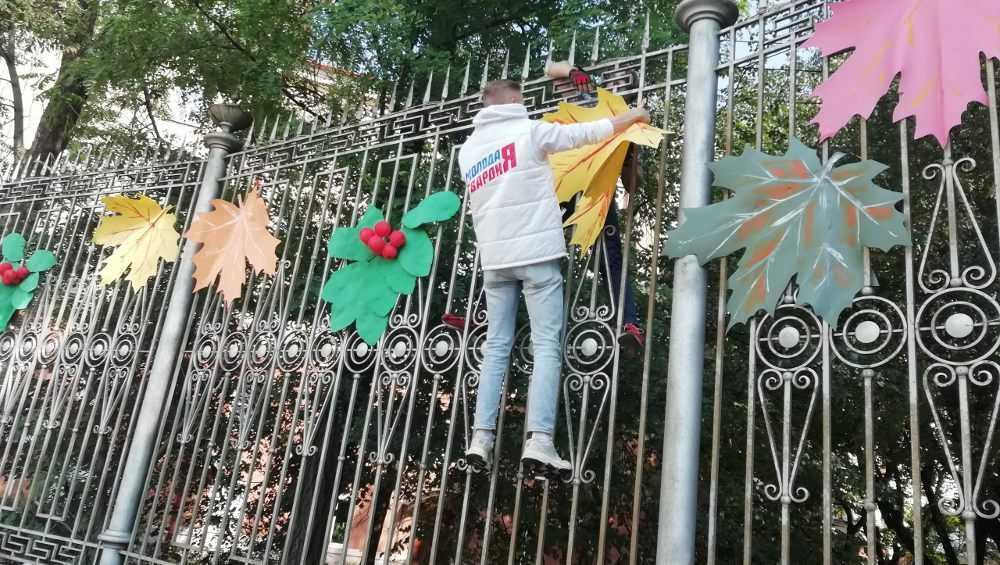 Сквер Тютчева в Брянске к Дню города украсили ягоды рябины