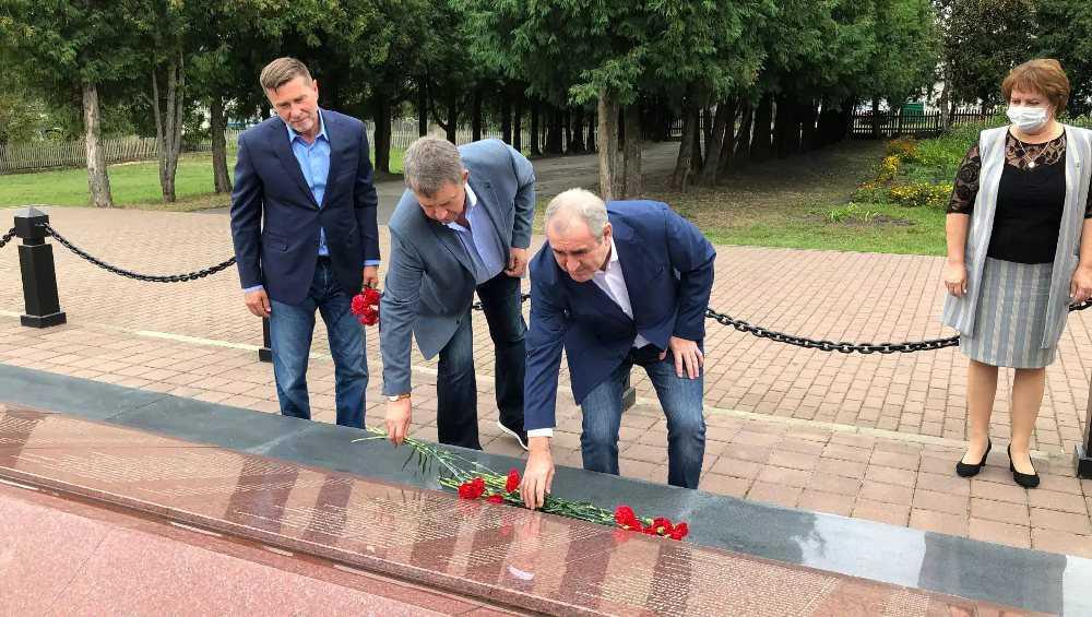 Сергей Неверов посетил в Брянской области место захоронения своего деда