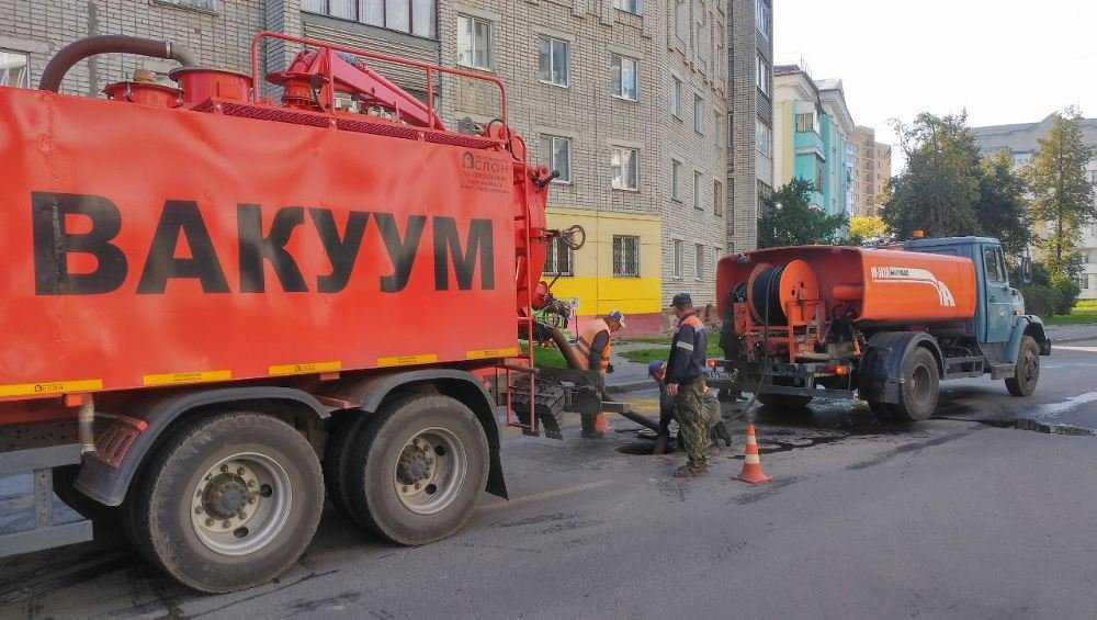 В Брянске в ливневке на улице Ульянова нашли старые гигантские засоры