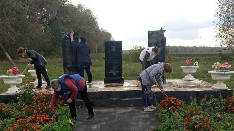 Единороссы Гордеевского района навели порядок на мемориалах