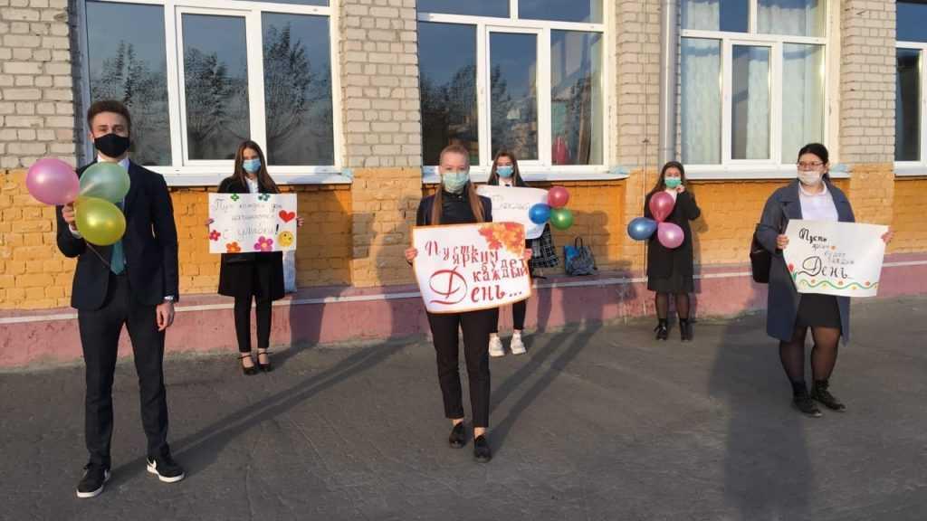 «Единая Россия», сторонники партии и молодогвардейцы поздравили учителей с профессиональным праздником
