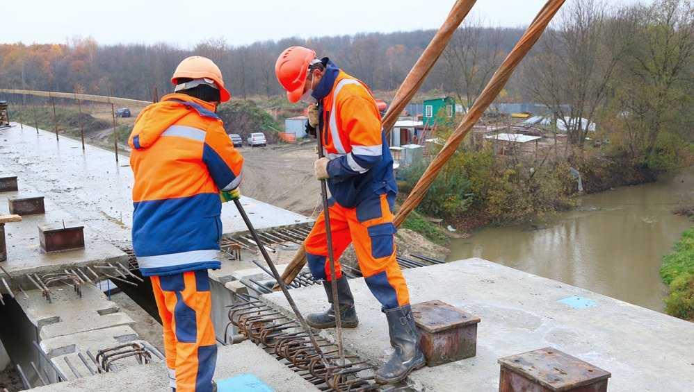 В Брянске уложили последнюю балку на новом мосту через реку Снежеть