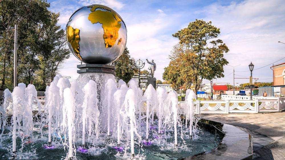 На площади возле вокзала Брянск-I включили фонтан с сияющим шаром