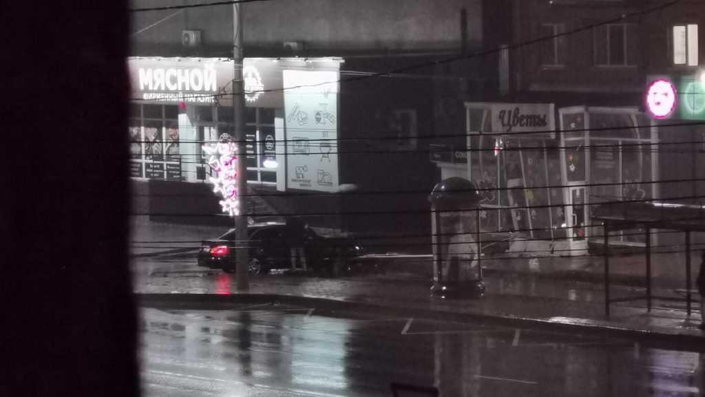 В Брянске на проспекте Ленина легковушка разнесла цветочный магазин