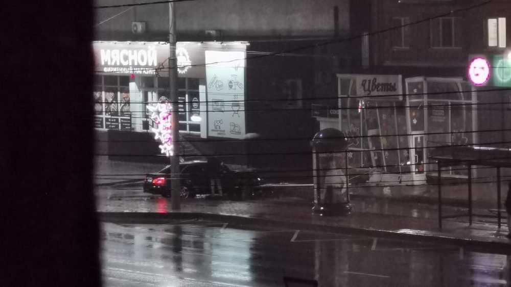 В Брянске лихой водитель разбил цветочный ларек