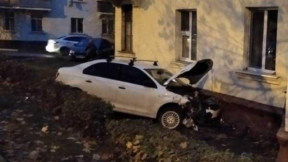 В Володарском районе Брянска автомобиль протаранил дом