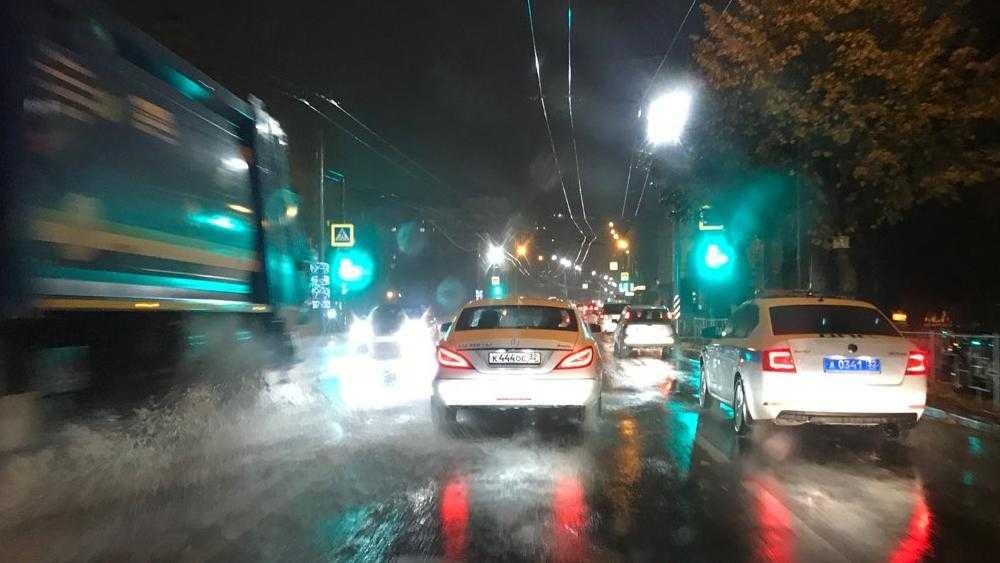 В Брянске центр Бежицкого района после дождя затопило