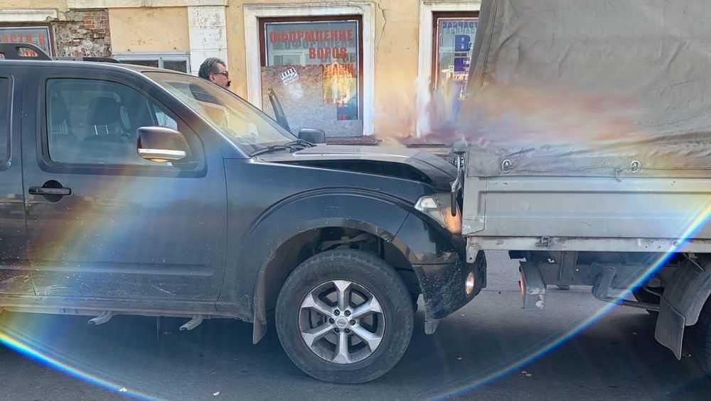 В Брянске на улице Калинина столкнулись грузовая «ГАЗель» и «Ниссан»