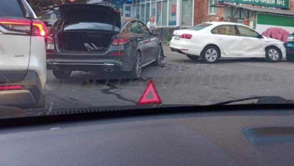 В Брянске возле площади Партизан столкнулись несколько автомобилей