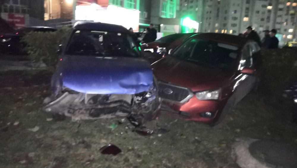 В Брянске пьяный водитель разбил два автомобиля на парковке