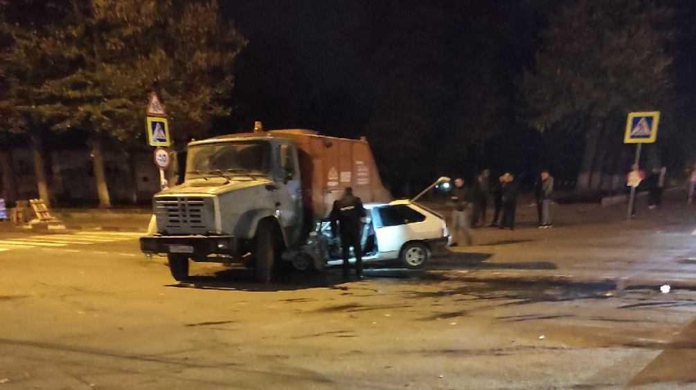 В Клинцах Брянской области легковушка попала под грузовик