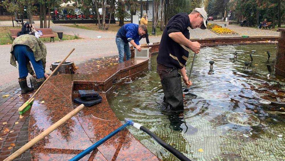 В Брянске взялись чистить фонтан в Круглом сквере