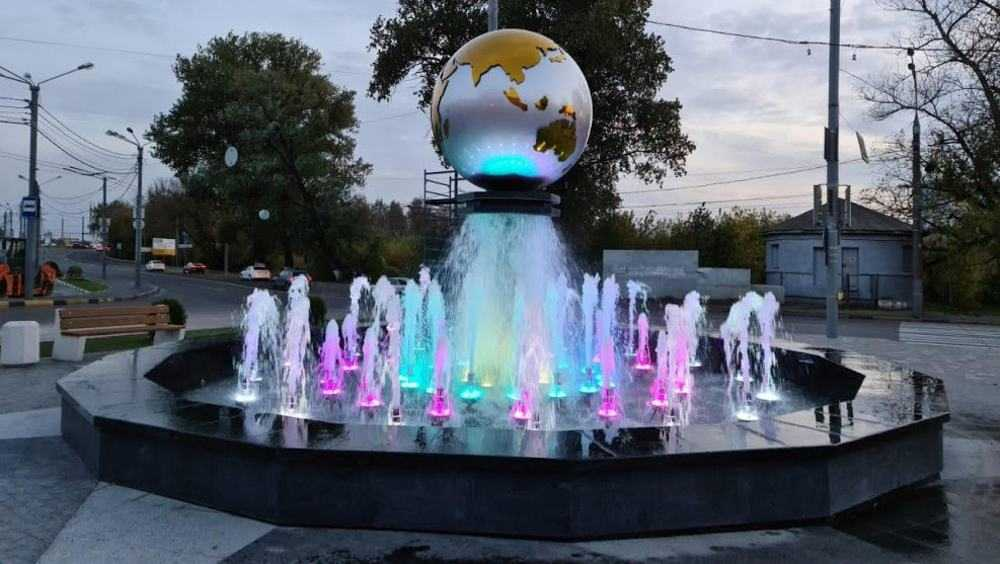 Площадь у вокзала Брянск-I украсили необычный знак и шар в фонтане
