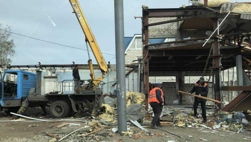 В Брянске разобрали легендарный шиномонтаж на Городище