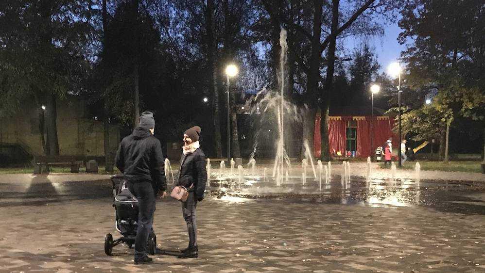Жители Брянска полюбили прохладу осенних фонтанов