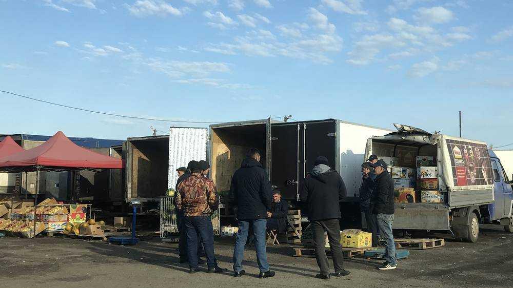 В Брянске торгующие на овощном рынке азербайджанцы стали расслабляться
