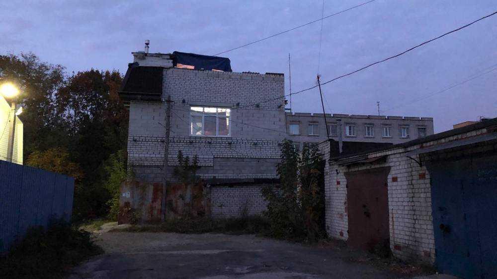 В Брянске возле здания полиции выросла странная избушка