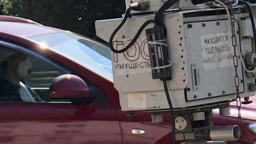 Под Брянском разъяренный водитель ногой сбил дорожную камеру