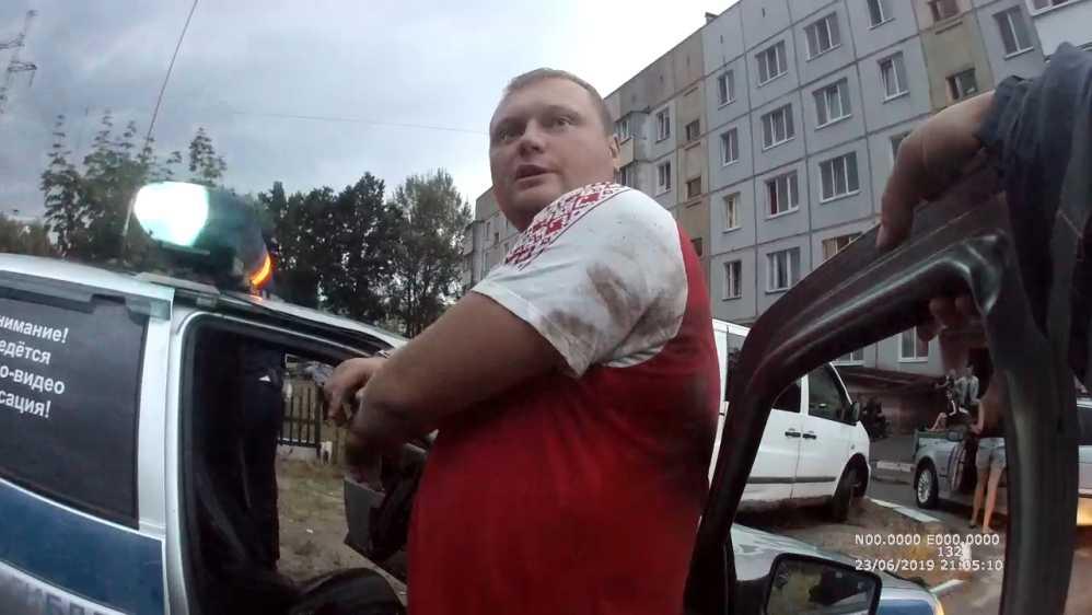 Брянцев попросили помочь в розыске избившего гаишников водителя