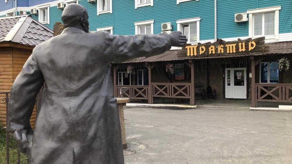 В Брянске Ленина заставили служить при трактире