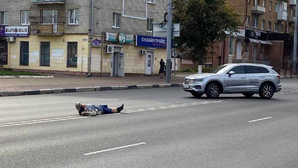 В Брянске на проспекте Ленина посреди дороги улегся человек