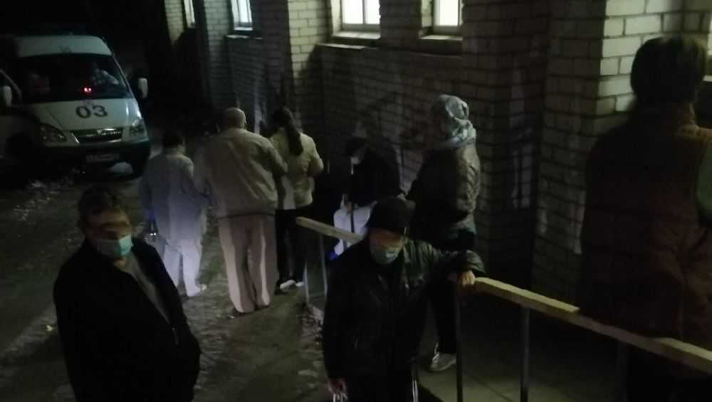 В Брянске сфотографировали ночную очередь из заболевших горожан на КТ