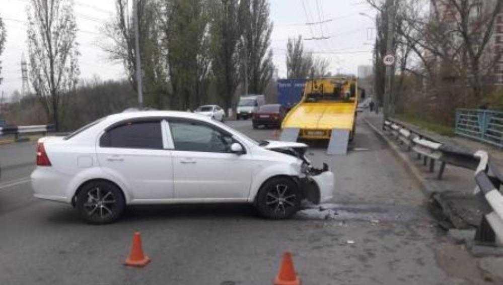 В Брянске женщина на Chevrolet врезалась в ограждение и сломала палец