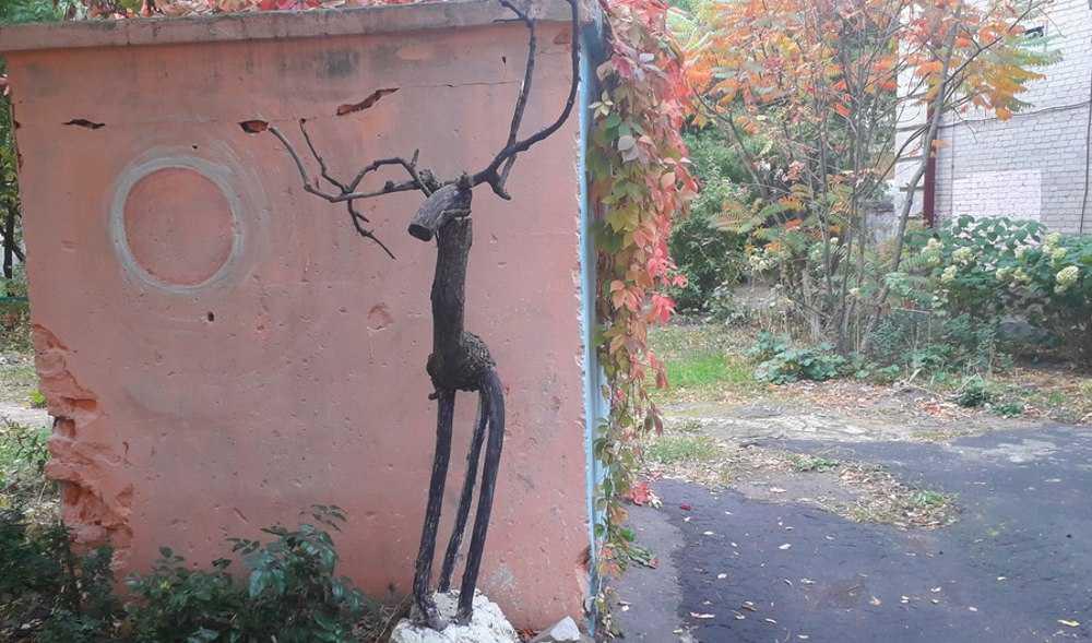 В брянском дворе поселился забавный олень