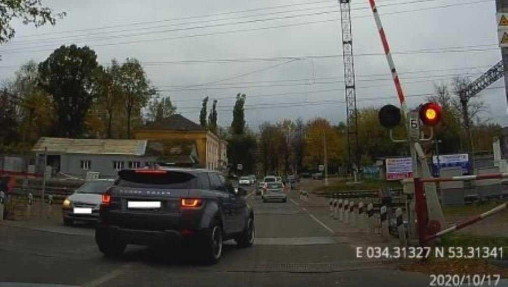 В Брянске водителя внедорожника наказали за проезд на красный свет