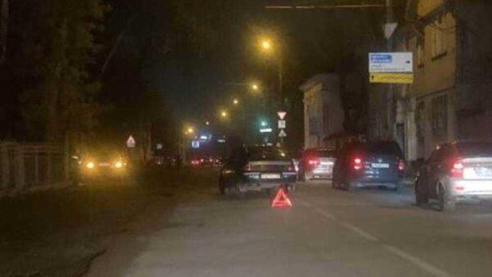 В Брянске возле переезда не поделили дорогу две легковушки