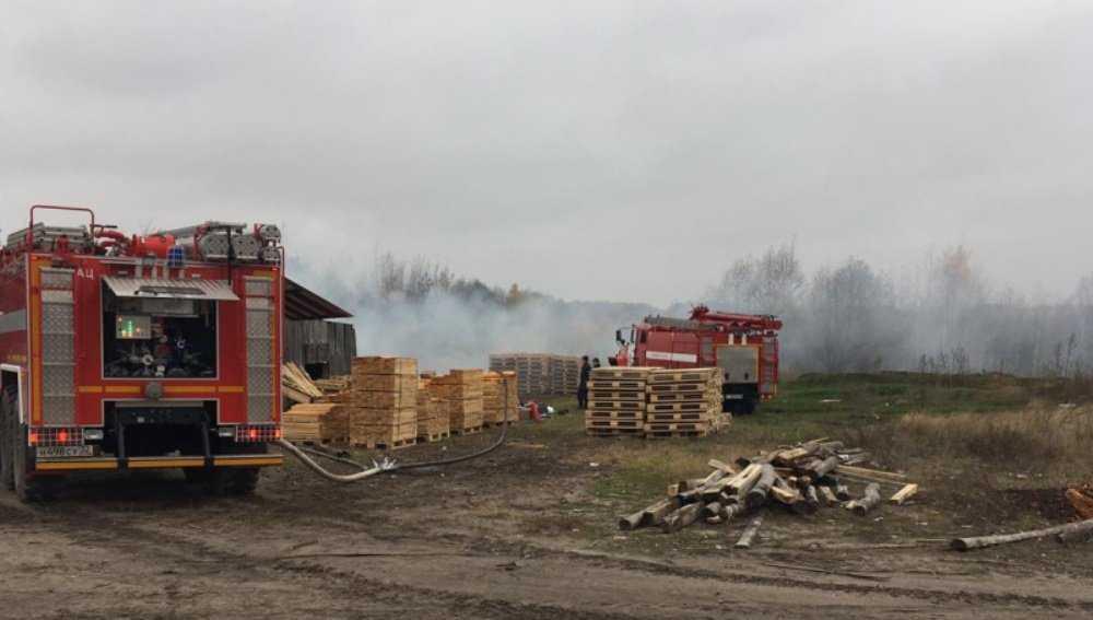 Под Жуковкой Брянской области потушили горевшую пилораму